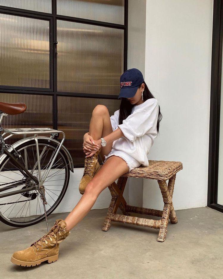 孫芸芸穿上CELINE的靴款,大秀逆天美腿。圖/取自IG