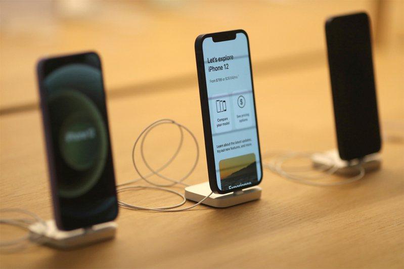 一位網友的iPhone 12手機需要換電池,問該去哪裡維修較好?眾人一致建議回原廠更換最安全。路透