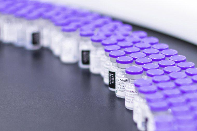 BNT疫苗已到貨93萬多劑,指揮中心日前表示將於9月23日起針對12至17歲的校...