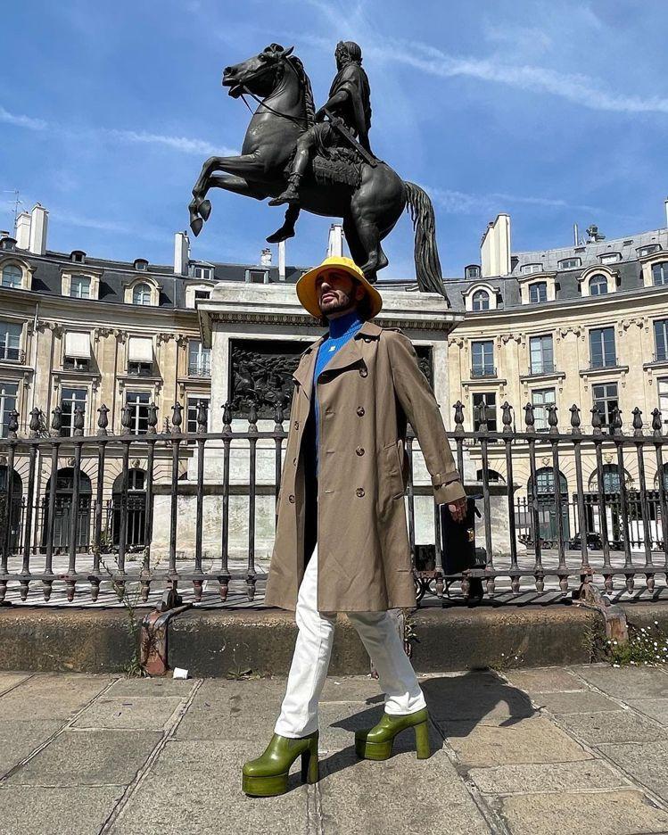 Marc Jacobs搭配Rick Owens的厚底靴,在巴黎街頭留影。圖/取自...