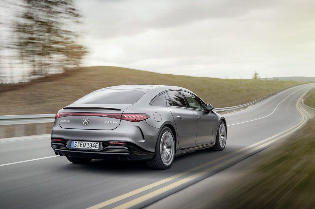 EQS 53的Dynamic Plus車型0-100km/h加速可於3.4秒完成...