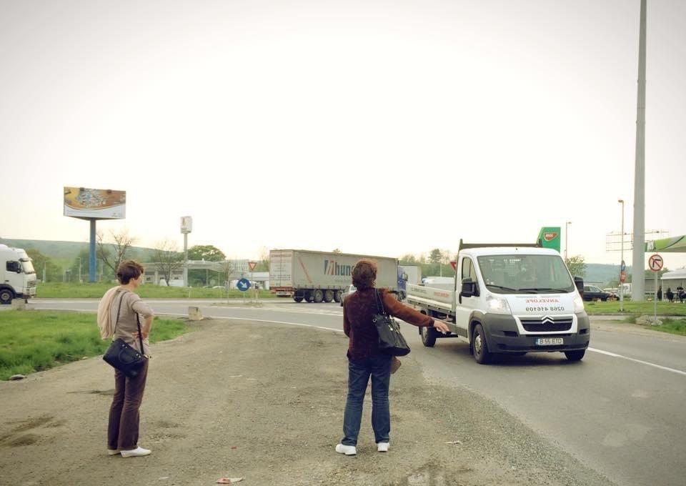 2015年5月,羅馬尼亞 Cluj-Napoca,等便車的當地人。 圖/李易安攝...