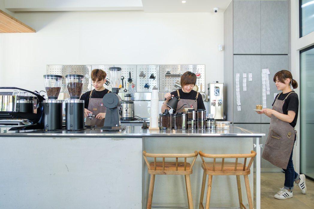 目前由創辦人黃思喬(中)、咖啡師黃健軒(左)、甜點師黃姿樺(右)三人共同營運,各...