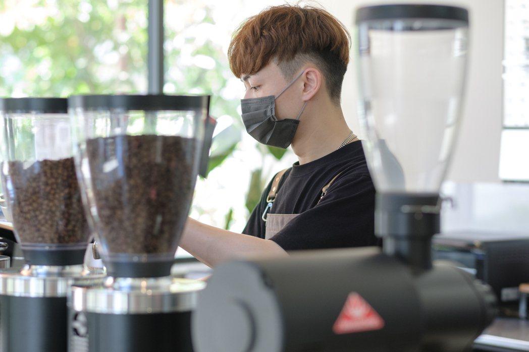 咖啡師黃健軒。 圖/沈昱嘉攝影