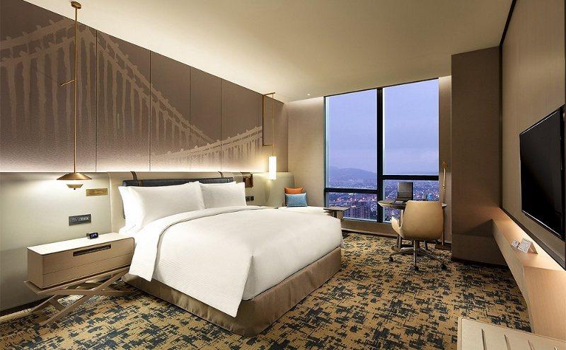 台北新板希爾頓酒店推出「食欲之秋」一泊二食住房專案,雙人入住希爾頓客房,平日僅3...