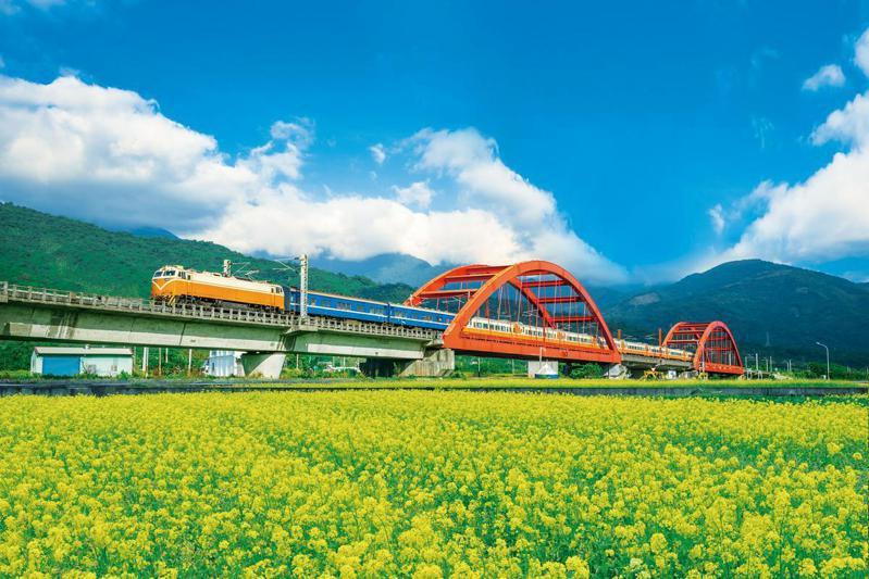四季皆美的玉里站,最吸引人的就是穿越鮮紅鐵橋與繽紛花海的鐵道風光(圖片來源/shutterstock)
