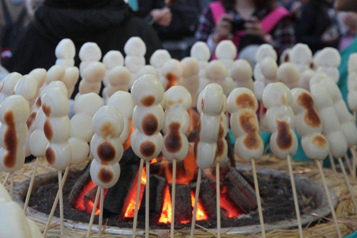 ▲「三福烤糰子」圍繞成一圈烘烤,等待過程也相當療癒。  圖:株式会社アーバン/來源