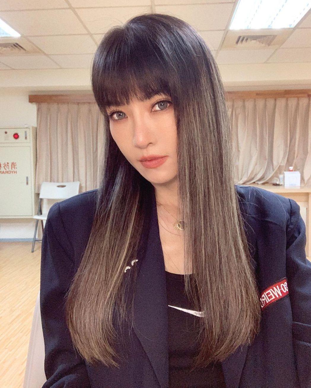 謝金燕很滿意新髮型,忍不住直呼「戀愛了」。圖/摘自IG