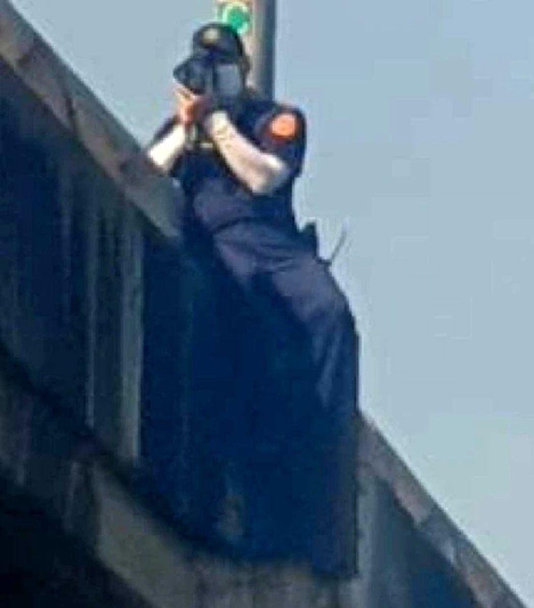 保二總隊警員跨坐高架橋護欄測速拍照,取締超速。圖/截自臉書爆料公社二館