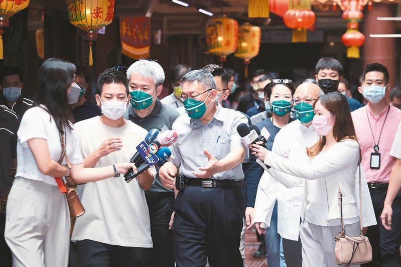 藍白合作可能沒戲唱?台北市長柯文哲(中)已和幕僚表示「選舉就是自己選自己的」,國民黨方面也對藍白合作不看好。記者曾原信/攝影