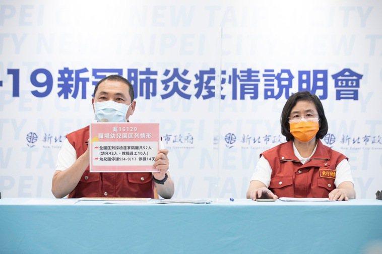 新北市衛生局長陳潤秋(右)表示,如果有境外回來的民眾會優先送去採檢,採檢後如果是...
