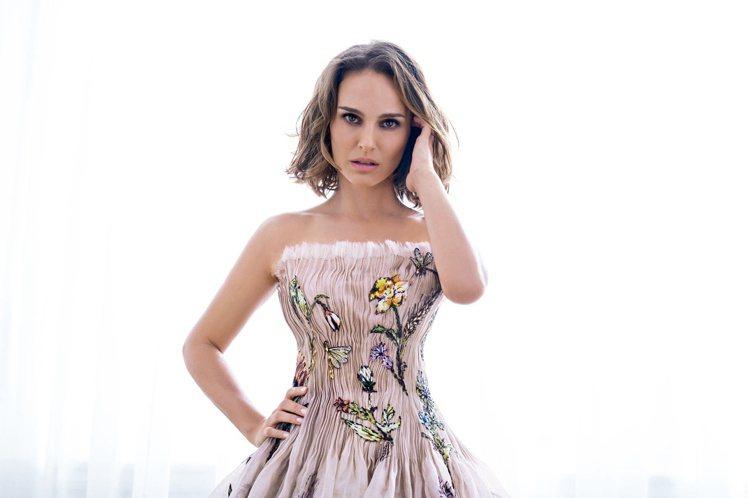 娜塔莉波曼再度為Miss Dior香氛拍攝廣告。圖/迪奧提供