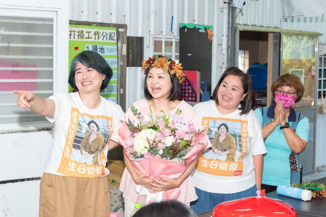 楊貴媚(中)看到藝人們的祝福影片又驚又喜。圖/桂田文化藝術基金會提供