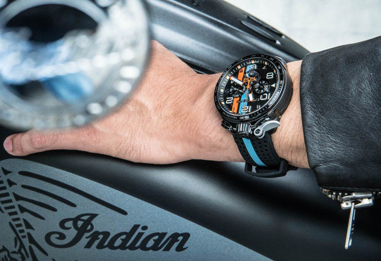 重型機車與粗獷風格的手表,都是動力的展現、也是男孩的大玩具。圖 / BOMBER...