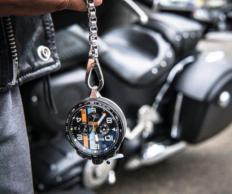 Bolt-68 Racing XL時而成為手表、時而變身懷表,成為可以閱讀時間的...