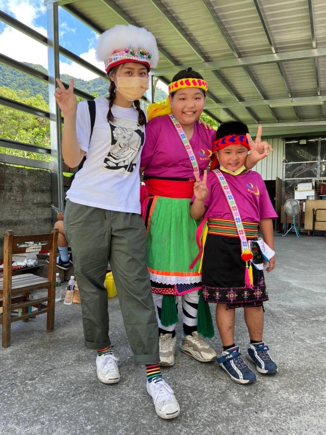 方琦(左)和孩子們打成一片。圖/民視提供