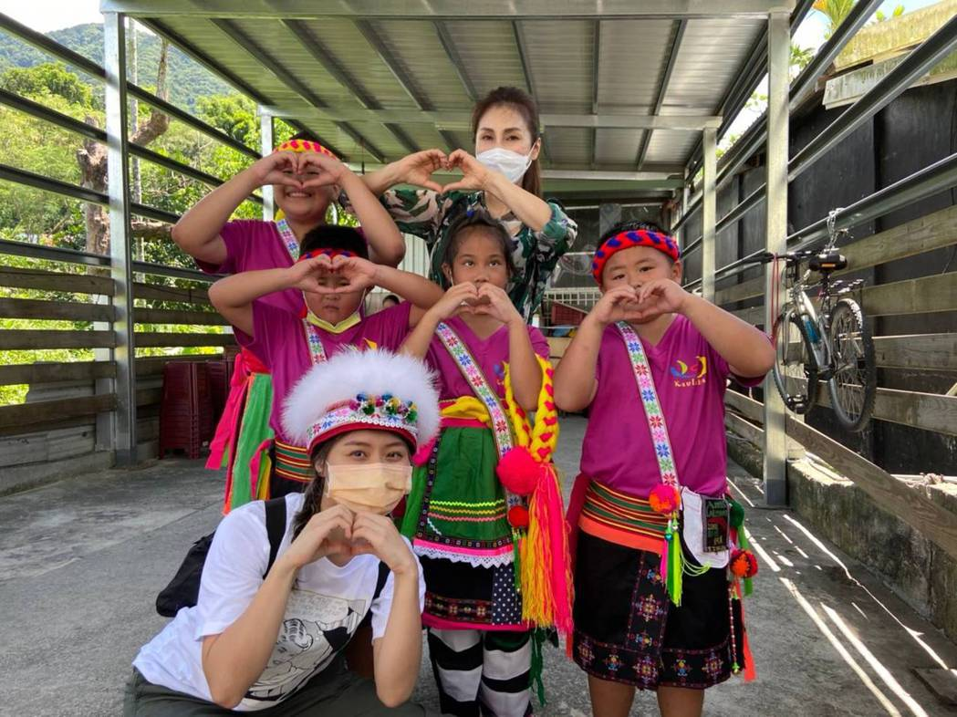 梁佑南(後排中)和女兒方琦(前排左)一起到台東做公益。圖/民視提供