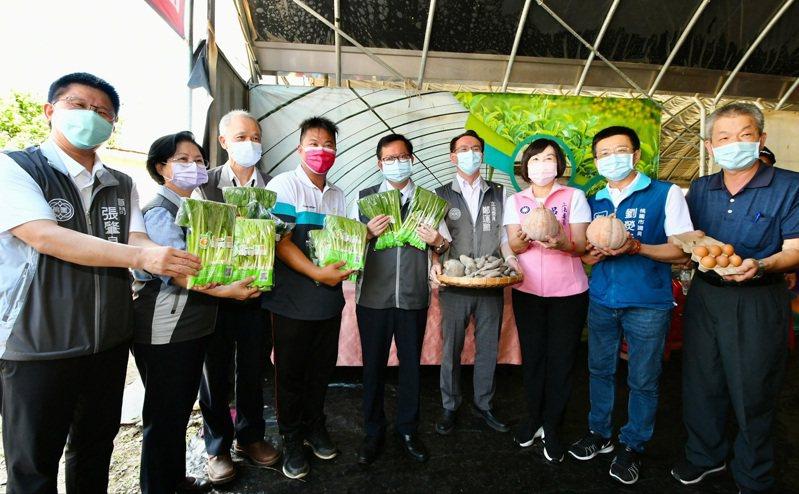 鄭文燦(中)和立委參觀鮮一有機農場,讚賞桃園青農種植技術和行銷。圖/桃園市農業局提供
