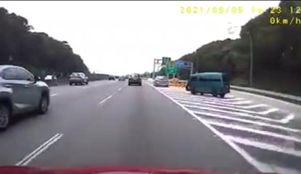 箱型車(右)為了閃躲槽化線的車,急剎險些翻車。記者鄭國樑/ 翻攝