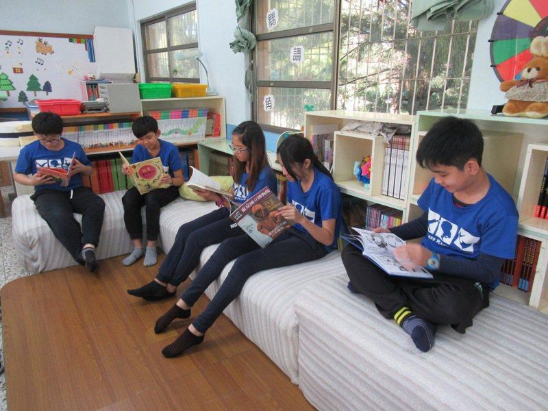 長期推展閱讀有成,台南學甲宅港國小獲教育部閱讀磐石獎。圖/學校提供
