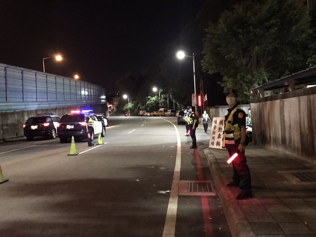 基隆市環保局、監理單位和警方昨晚在中正路、中船路段設置稽查點,攔檢,取締噪音車輛...