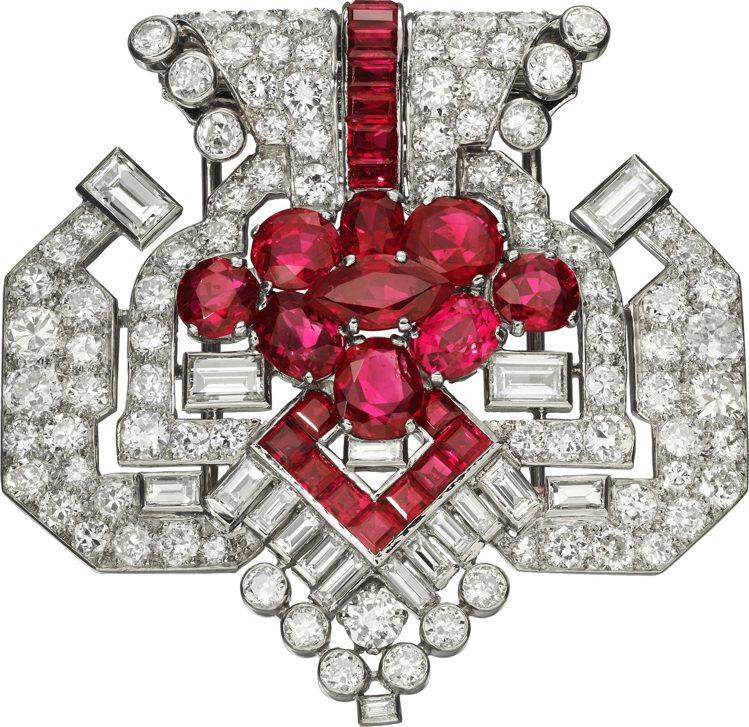卡地亞骨董珍藏系列紅寶石胸針,1955年,白K金與鉑金鑲嵌紅寶石與鑽石。圖/卡地...