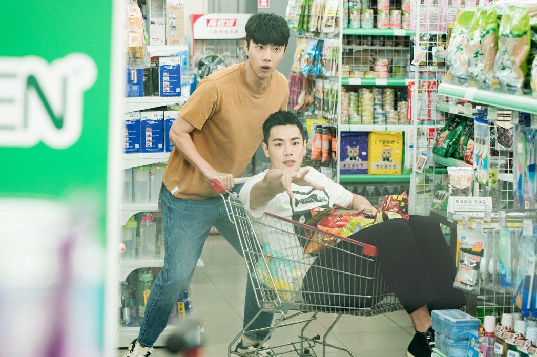 蔡凡熙(左)和禾浩辰甜蜜逛超市。圖/羚邦集團提供