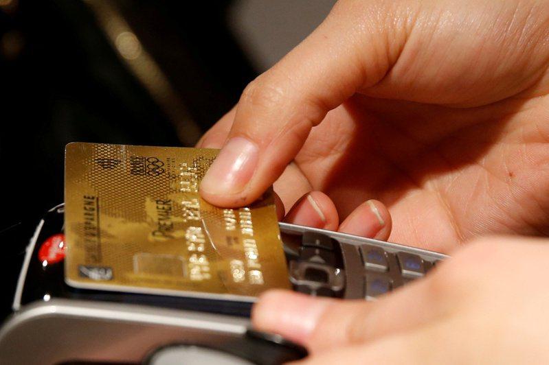 有研究指出,最終被診斷為阿茲海默症患者的人,比非患者更常拖欠信用卡費用,且可能信用評分較低。圖為示意圖。路透