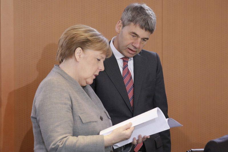 德國總理梅克爾並沒有許多非常親密的知己,卻擁有一群利用過去16年總理任期逐步集結的心腹,日前突然去世的賀岩就是其中一員。路透/Imago Images