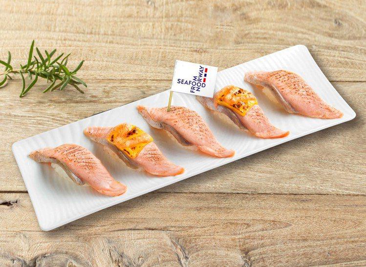 「加州起司炙燒鮭魚握壽司」以和風洋食的概念,將鮮嫩滑順的挪威鮭魚融合金黃起司、明...