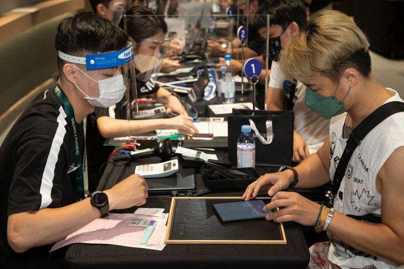 台灣三星今天(9月7日)開放預購Samsung Galaxy Z Fold3、Z Flip3 5G消費者優先取機。圖/三星提供