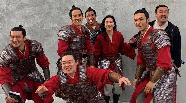 劉亦菲(後排右三)與「花木蘭」中的同袍合照。圖/摘自IG