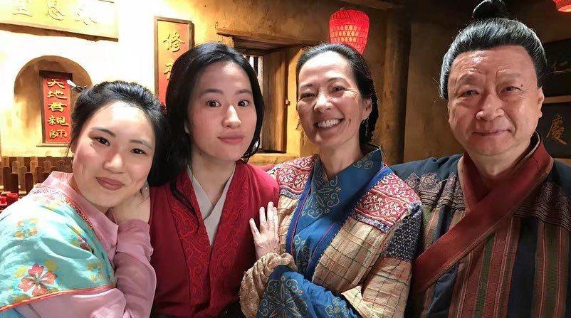 劉亦菲(左二)發布和「花木蘭」中的家人合照,慶祝片子滿周年。圖/摘自IG