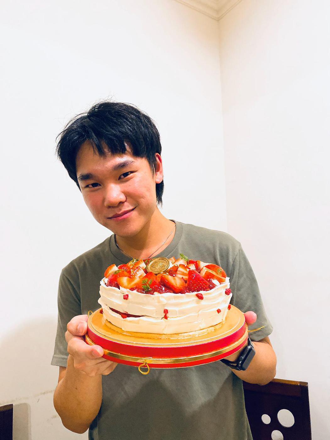 蔡明仁7日開心慶祝28歲生日。圖/一切好音樂工作室提供