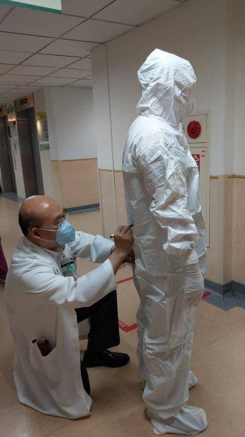 耕莘醫院院長林恒毅(左)與院內醫護人員齊心抗疫。 圖/耕莘醫院 提供