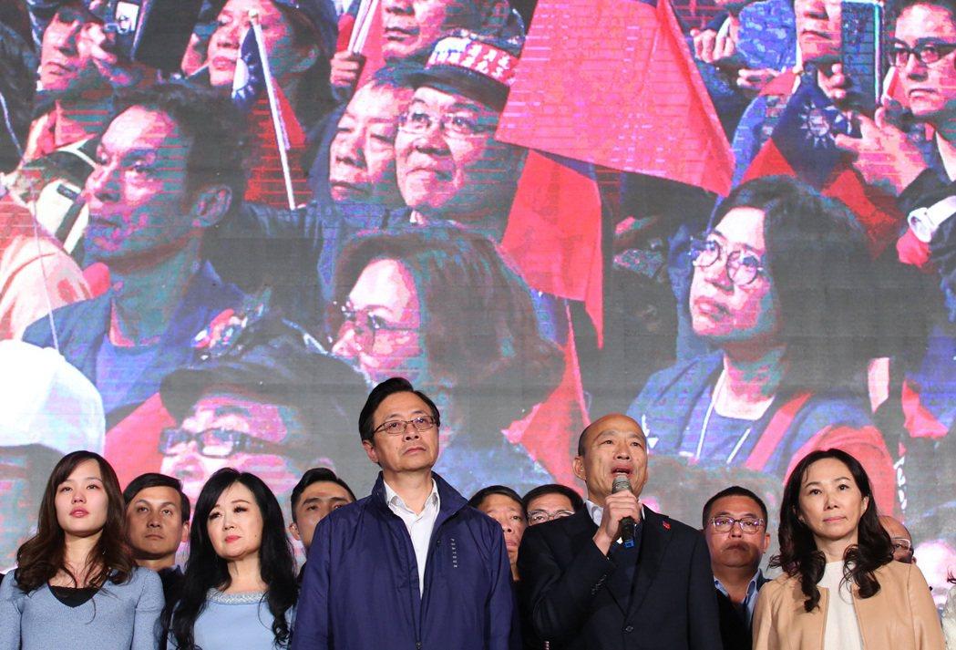 2020年1月11日總統選舉之夜,韓國瑜與副總統候選人張善政向群眾表達感謝。 圖/聯合報系資料照