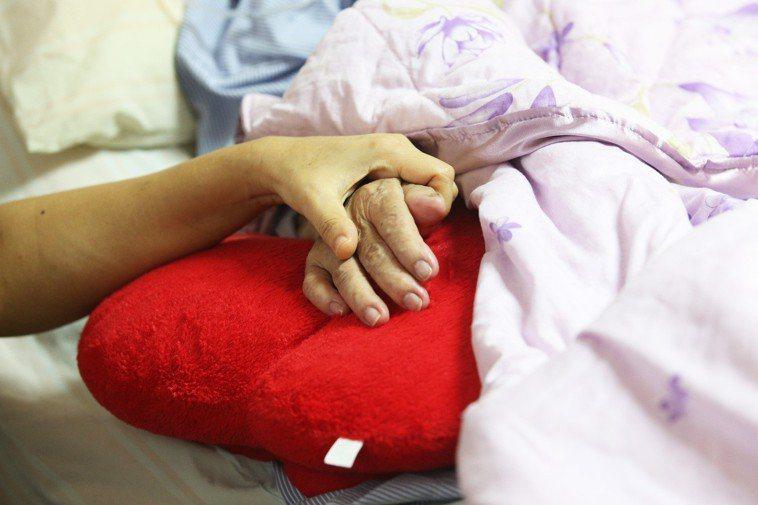 被照顧者長期臥床加上失禁,若沒有妥善照顧,當心引發失禁性皮膚炎。 圖/報系資料照