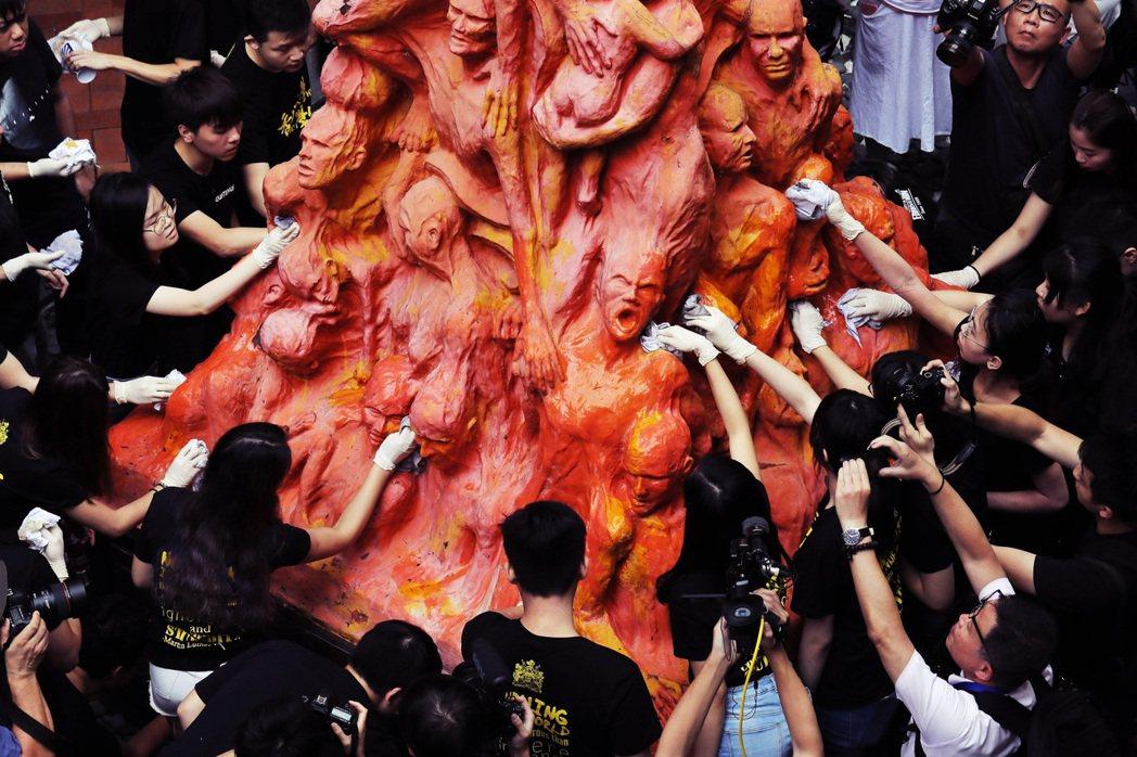 香港最大的泛民派組織「支聯會」,副主席鄒幸彤與多名成員,因為拒絕向國安處提供組織...