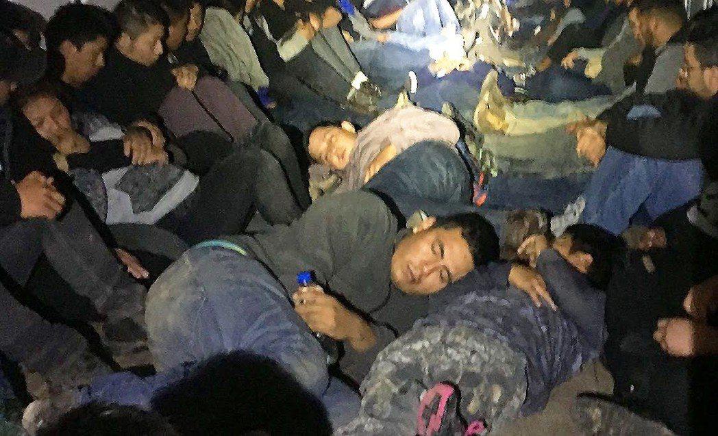 貝無雙與50人一起擠進只載10至12人的白色貨車裡,透過人蛇集團的安排在深夜偷渡...