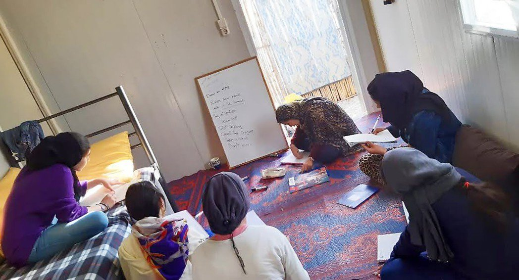貝無雙克服萬難,在菲利皮亞塔(Phillippiada)難民營中教孩童與他們的母...