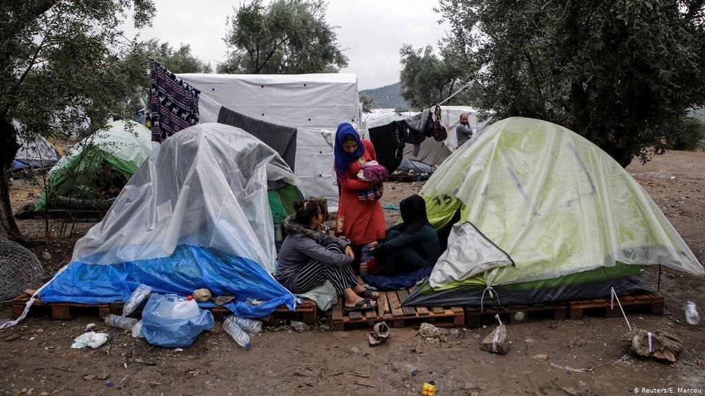 薩摩斯難民營簡陋的塑膠布棚無法阻隔噪音,或是應付雨雪不時來襲的天氣。 (圖片來源...