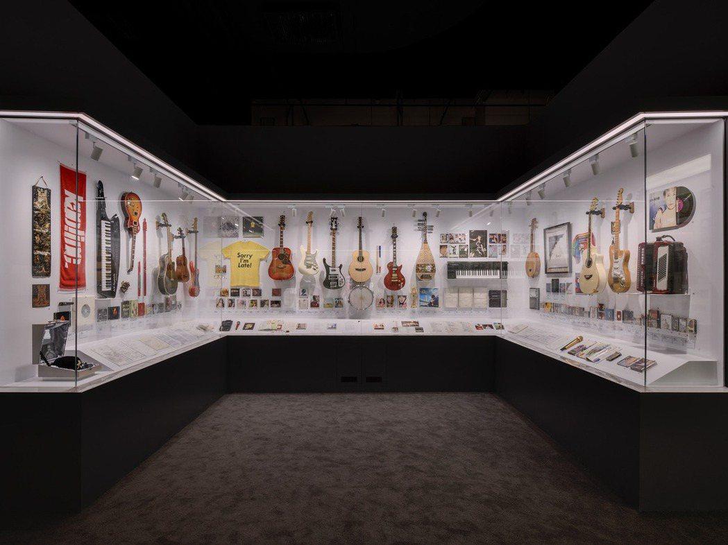 豐富的展品是本次常設展一大亮點,總數來到1326件之多,包含張雨生的紅色吉他、臺...