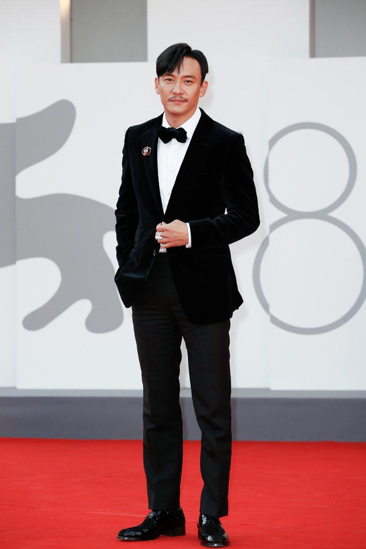 張震在威尼斯影展《沙丘》首映身穿TOM FORD西裝、搭配Christian L...