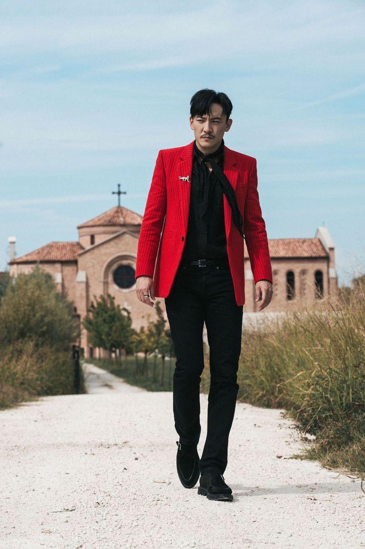 張震詮釋SAINT LAURENT 2021秋冬紅色條紋羊毛西裝搭配黑色絲質襯衫...