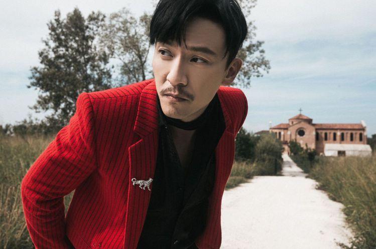 張震穿SAINT LAURENT 2021秋冬紅色條紋羊毛西裝搭配黑色絲質襯衫、...