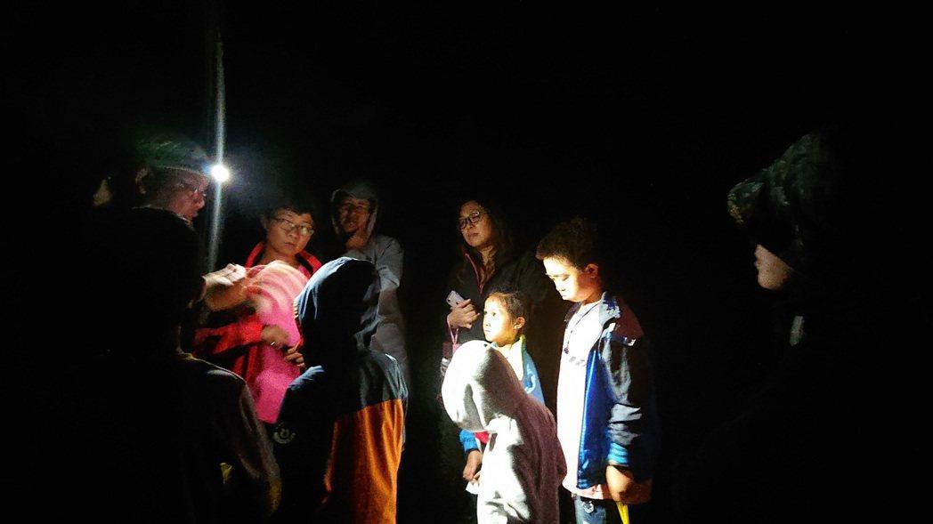 中山社區進行新寮瀑布步道夜間生態教育課程。 圖/羅東林管處提供