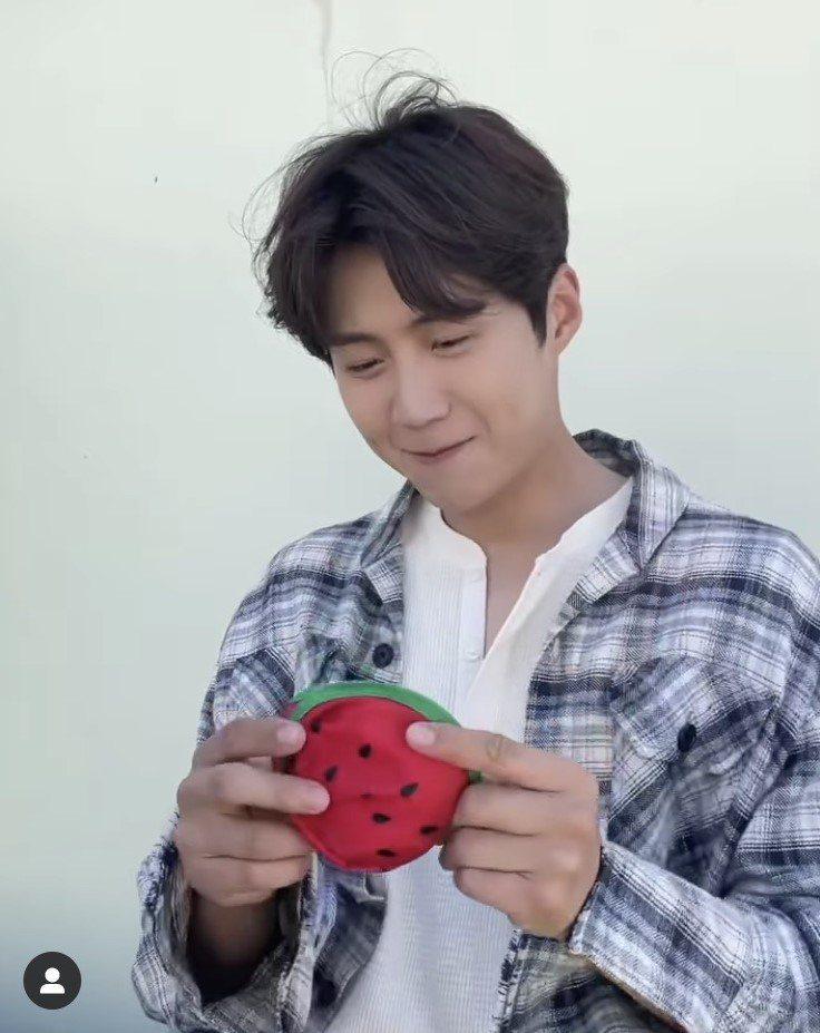 粉絲說金宣虎玩扇子的樣子,又笨蛋又可愛。圖/取自IG @kimseonho_st...