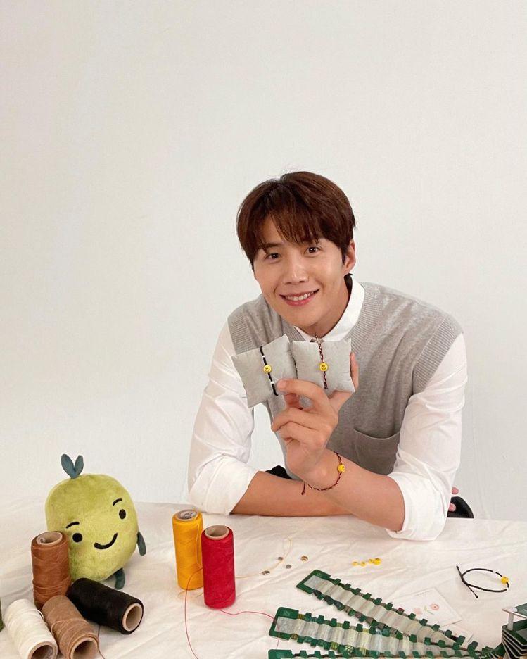 金宣虎個人IG放了happy bean的公益手鍊照片。圖/取自IG @seonh...