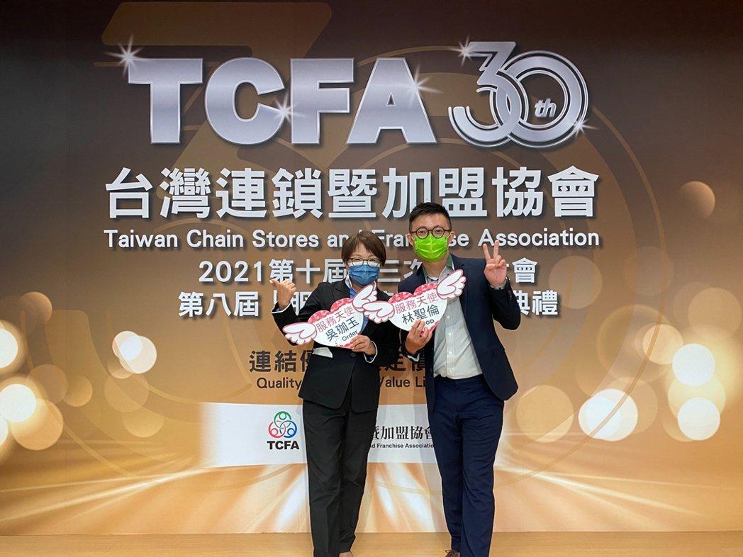 歐德設計師吳珈玉(左)與優渥實木家居顧問林聖倫(右),獲2021TCFA服務天使...