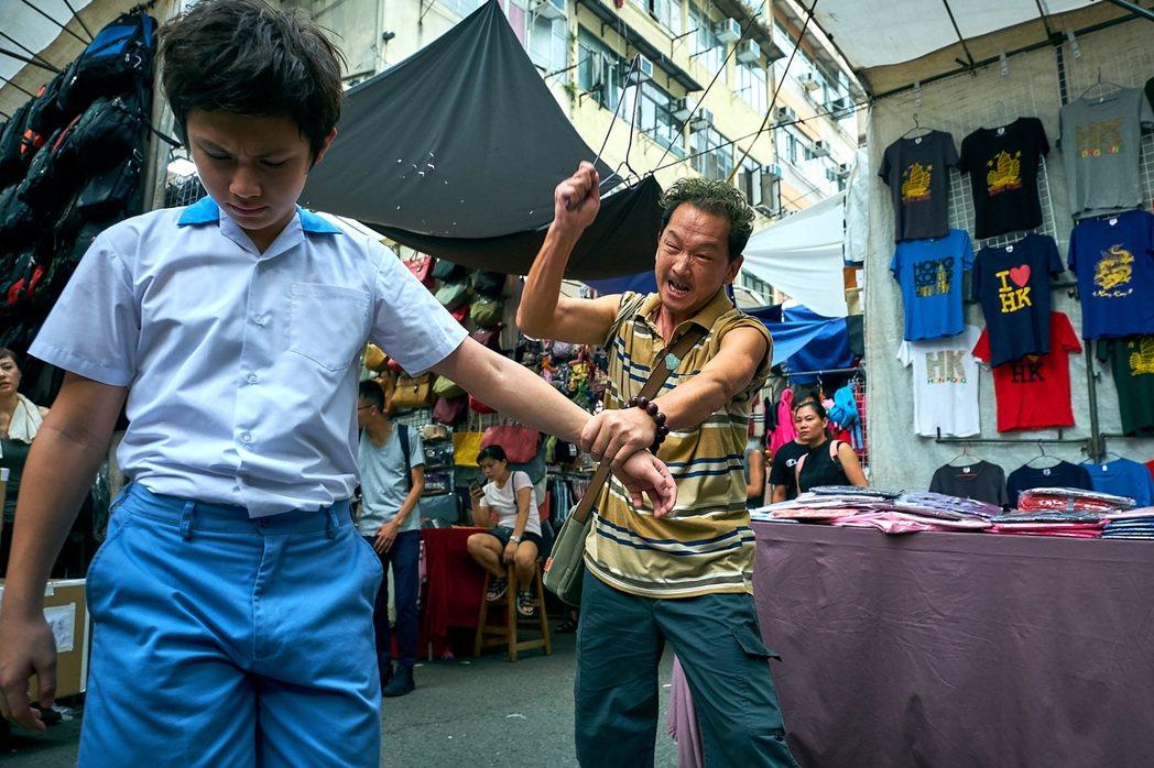 電影「女人街,再見了」是3月過世的香港男星廖啟智(前右)遺作之一,他在片中和童星